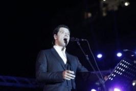 """Ο Σάκης Ρουβάς ερμηνεύει το """"Άξιον Εστί"""" – ΒΙΝΤΕΟ"""