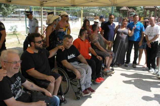 Μπάνιο στη θάλασσα έκαναν πρώτη φορά πολλά άτομα με αναπηρία χάρη στο seatrac στην Καβάλα