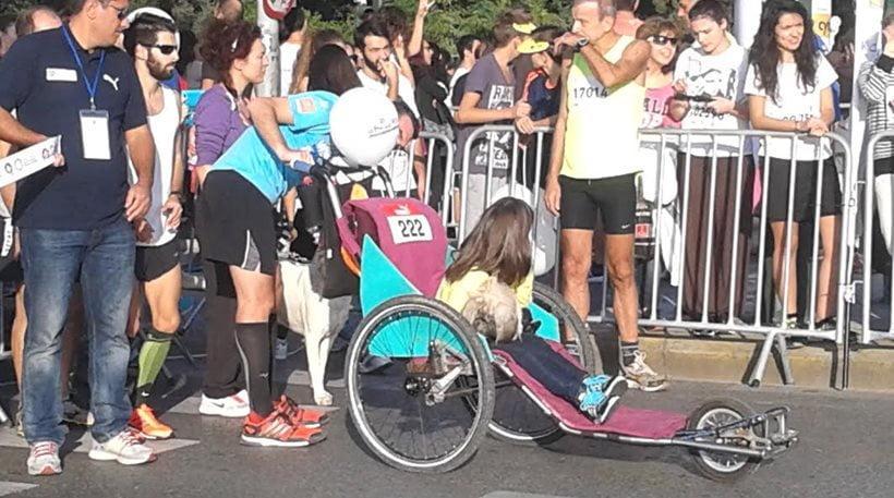 29ος γύρος της Αθήνας: Συγκινεί κοριτσάκι σε αναπηρικό αμαξίδιο