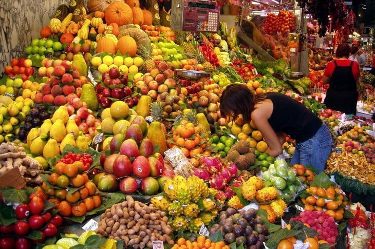 Προσέξτε καλά τα φρούτα που αγοράζετε! Δείτε τι σημαίνουν τα νούμερα στις ετικέτες τους.