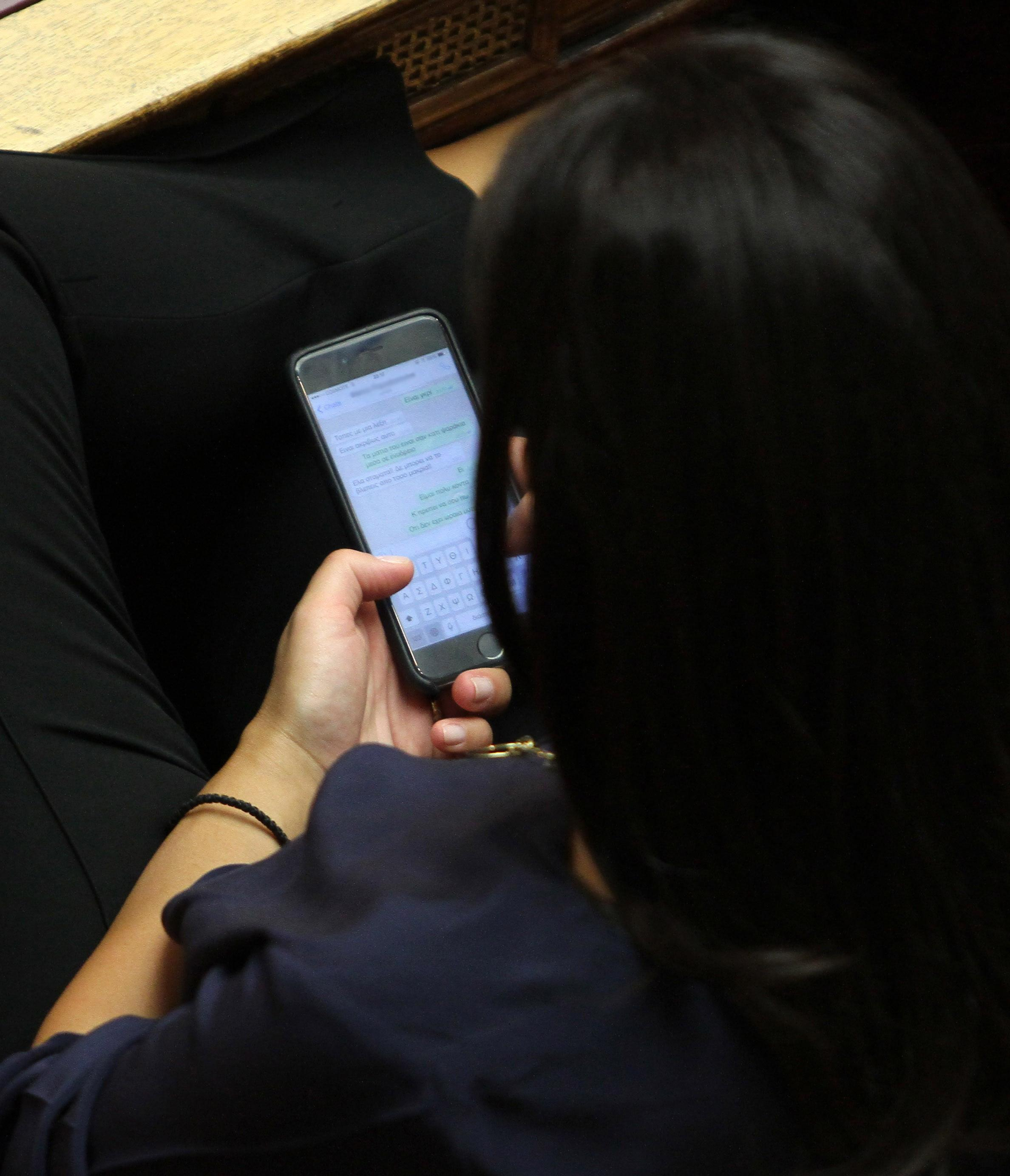Τα sms που αντάλλασσε η Όλγα Κεφαλογιάννη στην Ολομέλεια- ΦΩΤΟ