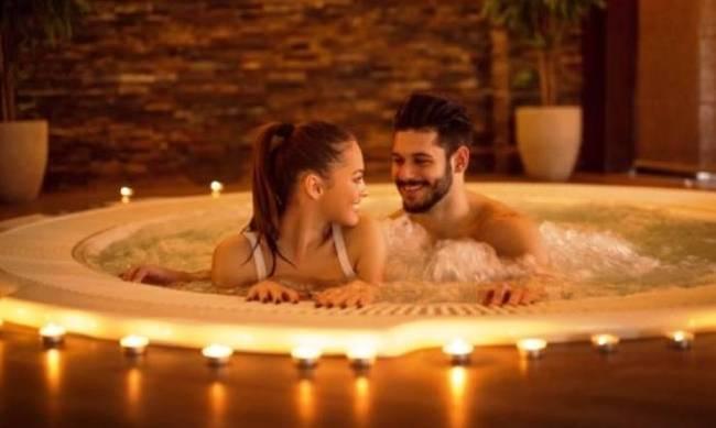 Σεξ στο νερό: 5 λόγοι να το αποφύγετε
