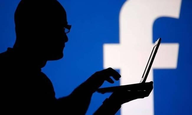 Απλό και γρήγορο... Το Facebook αποτελεί μια κύρια πηγή για να βρεις παλιούς σου φίλους, συμμαθητές ή συνεργάτες. Οι περισσότεροι χρησιμοποιούν το όνομά τους είτε με λατινικούς είτε με ελληνικούς χαρακτήρες αλλά κάποιοι χρησιμοποιούν ακόμη και ψευδώνυμο ενώ εσύ μπορεί να νομίζεις ότι δεν έχουν καν Facebook.  Και όμως υπάρχει τρόπος να βρεις αν ένας φίλος σου έχει Facebook και δεν χρησιμοποιεί το όνομά του για να τον εντοπίζουν. Το μόνο που χρειάζεται είναι να έχεις το κινητό του. Το βήμα που πρέπει να κάνεις είναι το εξής. Πηγαίνεις στην αναζήτηση και βάζεις τον αριθμό του κινητού. Τότε, λοιπόν, θα σου εμφανίσει το προφίλ του ατόμου που ψάχνεις ή ακόμη και κάποια σελίδα που έχει δημιουργήσει χρησιμοποιώντας τον συγκεκριμένο αριθμό κινητού.  Τόσο απλό!