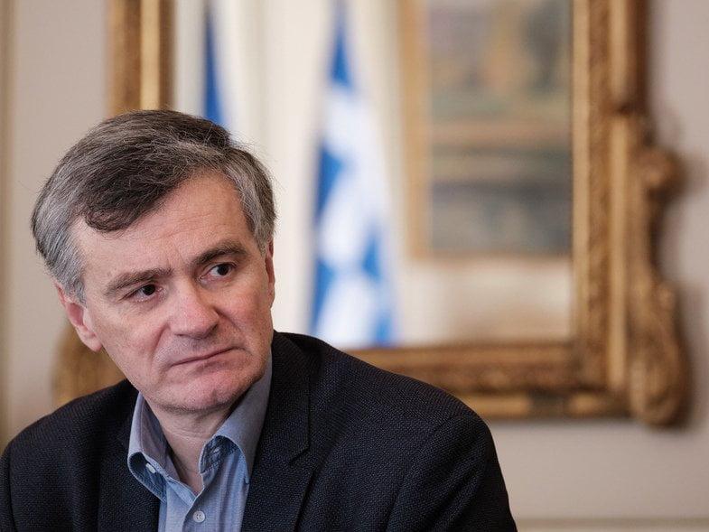 Ο Σωτήρης Τσιόδρας αναβάλλει συναντήσεις και ο Βασίλης Κικίλιας κάλεσε εκτάκτως για ενημέρωση τους εκπροσώπους των κομμάτων