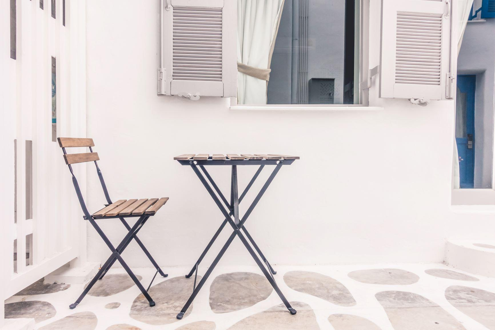 Ξαπλώστρες-κλουβιά: Η ανατριχιαστική πρώτη εικόνα των παραλιών με πλέξιγκλας στη Σαντορίνη (Pics)