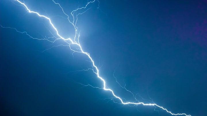 Μεταβολή του καιρού προβλέπεται από το βράδυ του Σαββάτου (04-07-2020) από τα βόρεια, με βροχές και καταιγίδες κατά τόπους ισχυρές που θα συνοδεύονται από χαλαζοπτώσεις και πρόσκαιρα από ισχυρούς ανέμους. Πιο αναλυτικά θα επηρεαστούν: 1. Από το βράδυ του Σαββάτου (04-07-2020) και κυρίως από νωρίς το πρωί της Κυριακής (05-07-2020) η Μακεδονία (κυρίως η κεντρική), από τις μεσημβρινές ώρες της Κυριακής η Θεσσαλία, οι Σποράδες, η Στερεά, η Πελοπόννησος και πρόσκαιρα η Ήπειρος και πιθανώς η βόρεια Εύβοια. Τα φαινόμενα το βράδυ θα περιοριστούν στα κεντρικά και βόρεια και θα εξασθενήσουν. 2. Τη ΔΕΥΤΕΡΑ (06-07-2020) α. Τις πρωινές και εκ νέου από τις βραδινές ώρες η κεντρική Μακεδονία, η Θεσσαλία και πιθανώς οι Σποράδες. β. Η Πελοπόννησος, η Ήπειρος και η Στερεά τις μεσημβρινές και απογευματινές ώρες. 3. Την ΤΡΙΤΗ (07-07-2020) Η Κεντρική Μακεδονία, τις μεσημβρινές και απογευματινές ώρες τα υπόλοιπα ηπειρωτικά και κυρίως η Πελοπόννησος. Περισσότερες λεπτομέρειες στα καθημερινά τακτικά δελτία καιρού και την ιστοσελίδα της ΕΜΥ (www.emy.gr)