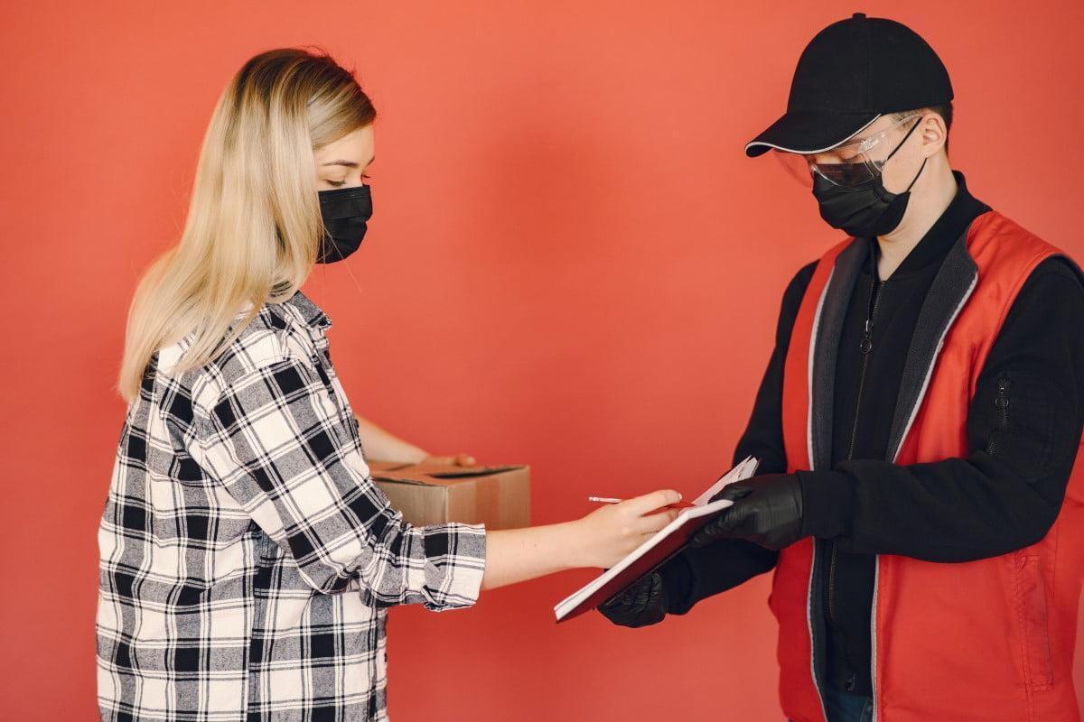 Πώς φοράς και πώς πλένεις σωστά μια μάσκα προσώπου
