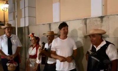 Σάκης Ρουβάς: Τραγουδά με τους τροβαδούρους της Κέρκυρας στα καντούνια και γίνεται χαμός - ΒΙΝΤΕΟ