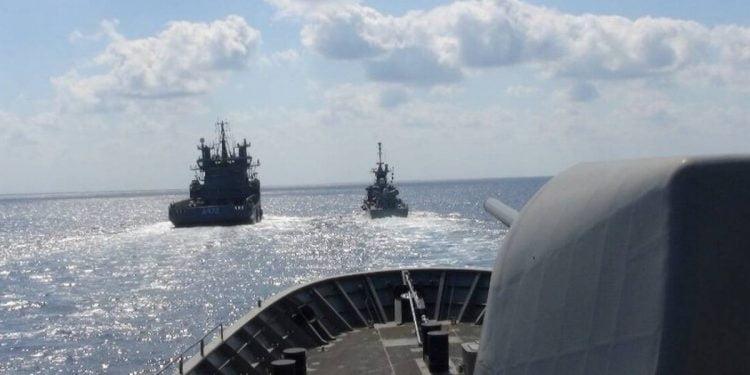 Με αντί Navtex, την οποία εξέδωσε ο σταθμός Ηρακλείου της Υδρογραφικής Υπηρεσίας του Πολεμικού Ναυτικού απαντάει η Αθήνα, στην προκλητική αναγγελία της Άγκυρας περί σεισμογραφικής έρευνας νότια του Καστελόριζου. Διαβάζονται περισσότερο τώρα… Επιστράτευση: Ποιες ηλικίες θα κληθούν σε περίπτωση επιστράτευσης Ανείπωτη τραγωδία: Πατέρας πάτησε και σκότωσε με Ι.Χ. το 18 μηνών αγοράκι του (pic) Κορονοϊός: Κι άλλη περιοχή σε καραντίνα «Βόμβα» στα ελληνοτουρκικά: «Θερμό επεισόδιο – Ρεβάνς για τα Ίμια» (pics) Κορονοϊός: Τραγωδία σε ξενοδοχείο φιλοξενίας ασθενών Κορονοϊός Ελλάδα: Ο πιο ανησυχητικός πίνακας που κανείς δεν πρόσεξε (pic) Ο σταθμός Ηρακλείου ανακοινώνει ότι ο σταθμός της Αττάλειας δεν έχει τη δικαιοδοσία για να εκδώσει Navtex για τη συγκεκριμένη περιοχή. Και κατά δεύτερον επισημαίνει ότι η περιοχή που δεσμεύεται αναφέρεται σε παράνομη δραστηριότητα και μάλιστα σε περιοχή που επικαλύπτει την ελληνική υφαλοκρηπίδα. Mάλιστα καλούνται οι ναυτιλόμενοι να αγνοήσουν την τουρκική Navtex. H Navtex στην αγγλική γλώσσα: ZCZC HA28 100640 AUG 20 IRAKLEIO STATION NAVWARN 455/20 SOUTHEAST CRETAN SEA 1. UNAUTHORIZED STATION HAS BROADCAST NAVTEX MESSAGE NUMBER FA26-1024/20 IN HELLENIC NAVTEX SERVICE AREA, REFFERING TO UNAUTHORIZED AND ILLEGAL ACTIVITY IN AN AREA THAT OVERLAPS THE GREEK CONTINENTAL SHELF. IRAKLEIO NAVTEX STATION HAS THE AUTHORITY TO BROADCAST NAVTEX MESSAGES IN THE AREA. 2. ALL MARINERS ARE REQUESTED TO DISREGARD NAVTEX MESSAGE NUMBER FA26-1024/20. 3. CANCEL THIS MESSAGE 232059 UTC AUG 20. NNNN