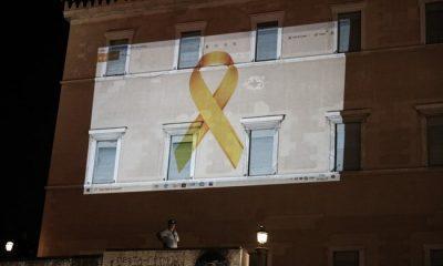 Βουλή: Φωταγωγήθηκε με την «Χρυσή Κορδέλα» – Για τη μάχη κατά του παιδικού καρκίνου