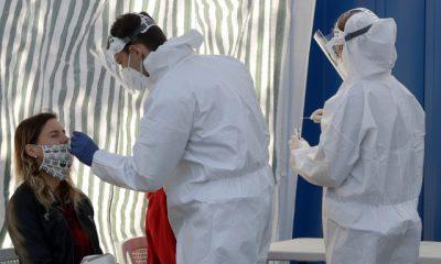 Γυναίκα υποβάλλεται σε τεστ για το νέο κορωνοϊό στην Τσεχία / Φωτογραφία: ΑΡ / Petr David Josek Πηγή: iefimerida.gr - https://www.iefimerida.gr/ygeia/koronoios-covid-19-koino-kryologima-gripi-symptomata