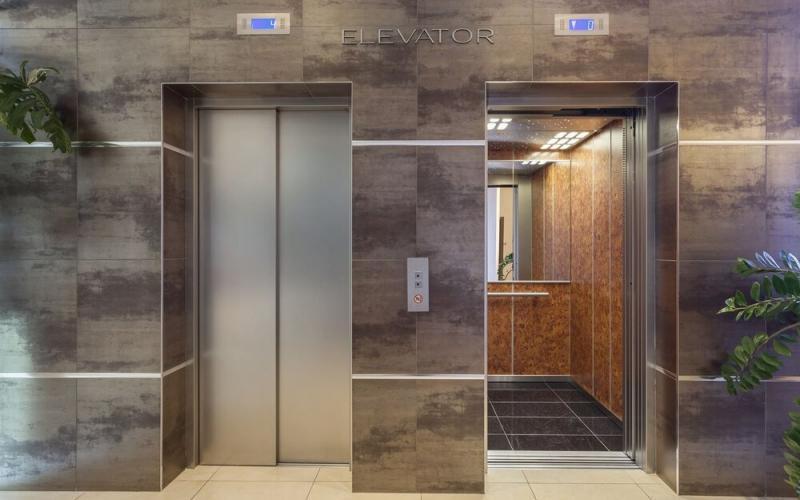 Κορωνοϊός: Κίνδυνος μετάδοσης στα ασανσέρ – Πόση ώρα επιβιώνει μέσα ο ιός