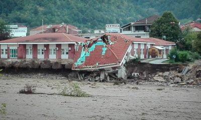 Κακοκαιρία Ιανός: Συγκλονιστικές εικόνες από drone - Κατέρρευσε το κέντρο υγείας στο Μουζάκι