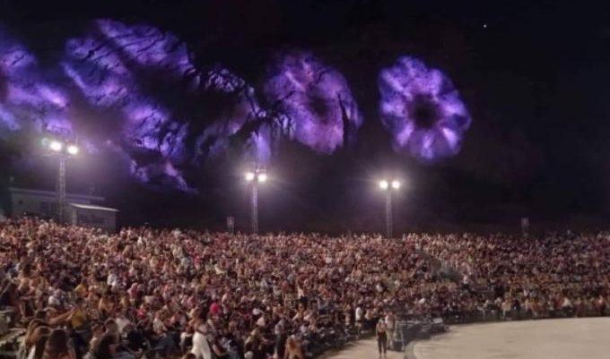 Η μεγάλη γκάφα των λοιμωξιολόγων στη συναυλία της Θεοδωρίδου