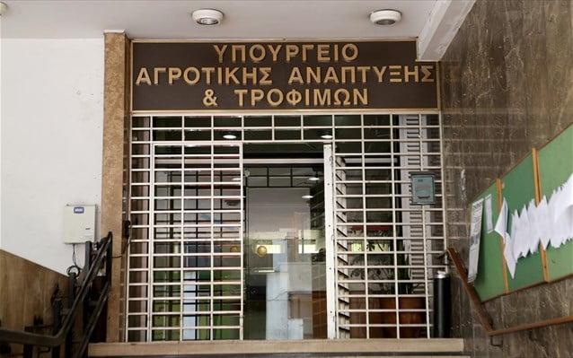 Σε λειτουργία τέθηκε το easyagroexpo.gov.gr, που αποτελεί το ψηφιακό «διαβατήριο» για μια σειρά ελληνικών προϊόντων σε κομβικής σημασίας αγορές τρίτων χωρών, όπως οι ΗΠΑ, η Αυστραλία, η Ιαπωνία, ο Καναδάς. Τη σχετική Κοινή Υπουργική Απόφαση υπέγραψαν οι συναρμόδιοι υπουργοί Επικρατείας και Ψηφιακής Διακυβέρνησης, Κυριάκος Πιερρακάκης, Αγροτικής Ανάπτυξης και Τροφίμων, Σπήλιος Λιβανός, και η υφυπουργός Αγροτικής Ανάπτυξης και Τροφίμων, Φωτεινή Αραμπατζή. Οι ενδιαφερόμενες επιχειρήσεις μπορούν να υποβάλουν πλέον μόνο ηλεκτρονικά, μέσω του gov.gr, τις σχετικές αιτήσεις, συμπληρώνοντας όλα τα απαραίτητα στοιχεία για την εξαγωγή προϊόντων όπως τα γαλακτοκομικά, τα αλιεύματα, το μέλι, το κρέας, τα αυγά κ.α. Η πλατφόρμα περιλαμβάνει 120 διακριτές αιτήσεις για έκδοση πιστοποιητικών εξαγωγών σε τριάντα χώρες, οι οποίες είναι διαθέσιμες στο gov.gr, στην κατηγορία «Γεωργία και κτηνοτροφία» και την υποκατηγορία «Εξαγωγές αγροτικών προϊόντων και ζώντων ζώων». Επιτυγχάνεται, έτσι, ουσιαστικά η ψηφιοποίηση του συνόλου του εξαγωγικού εμπορίου ζώντων ζώων, προϊόντων ζωικής προέλευσης και ζωικών υποπροϊόντων προς τρίτες χώρες. Μια χρονοβόρα κατά το παρελθόν διαδικασία πραγματοποιείται πλέον με ένα «κλικ», για τη διευκόλυνση της επιχειρηματικότητας, την ενίσχυση του εμπορίου και την αύξηση των εξαγωγών αγροτικών προϊόντων, στόχο που είχε θέσει από την πρώτη στιγμή το υπουργείο Αγροτικής Ανάπτυξης και Τροφίμων, αναλαμβάνοντας τη συγκεκριμένη πρωτοβουλία με τη συνδρομή του υπουργείου Ψηφιακής Διακυβέρνησης. Οι ενδιαφερόμενοι αρχικά ταυτοποιούνται με τους κωδικούς τους στο Taxisnet κι αμέσως μετά υποβάλλουν ψηφιακά την αίτηση εξαγωγής, ανά κατηγορία και είδος προϊόντων. Αυτόματα η αίτηση διαβιβάζεται ηλεκτρονικά για έλεγχο από κτηνίατρο της Διεύθυνσης Αγροτικής Οικονομίας και Κτηνιατρικής (ΔΑΟΚ) της περιοχής, όπου έχουν έδρα οι εγκαταστάσεις της επιχείρησης. Αν η αίτηση εγκριθεί, το τελικό πιστοποιητικό εξαγωγής παραλαμβάνεται από τις κατά τόπον αρμόδιες ΔΑΟΚ, ώστε να φέρει τις υπογραφές