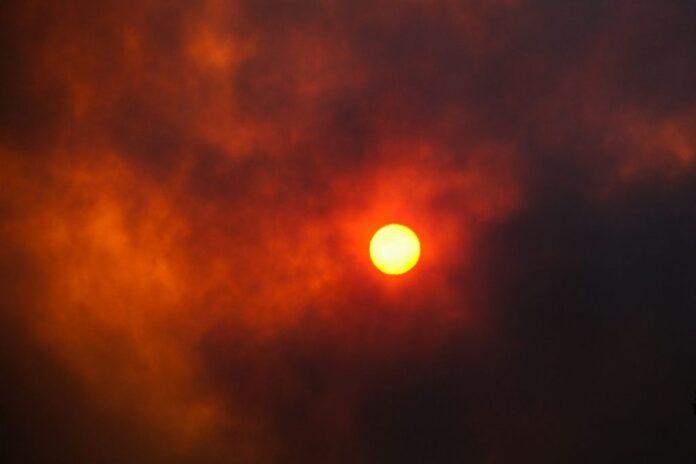 LIVE - Κόλαση φωτιάς στη Βαρυμπόμπη: Κάηκαν σπίτια, κινδύνευσαν άνθρωποι ― Νύχτα αγωνίας